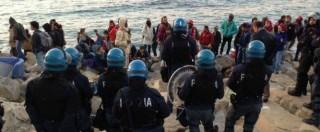 """Ventimiglia, sgomberato presidio """"No Border"""". I migranti tornano sugli scogli per protesta"""