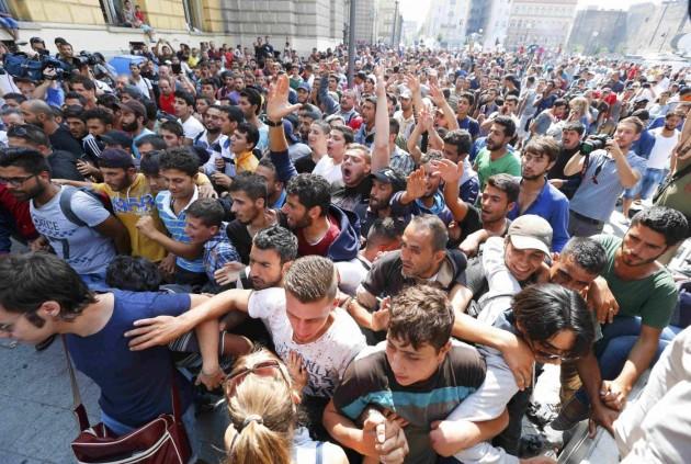 Budapest, chiusa la stazione: le proteste di migliaia di migranti accampati