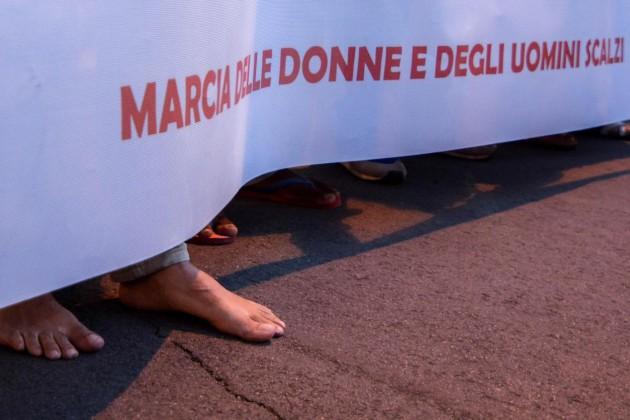 """Palermo, """" marcia degli scalzi """" in solidarietà dei migranti"""