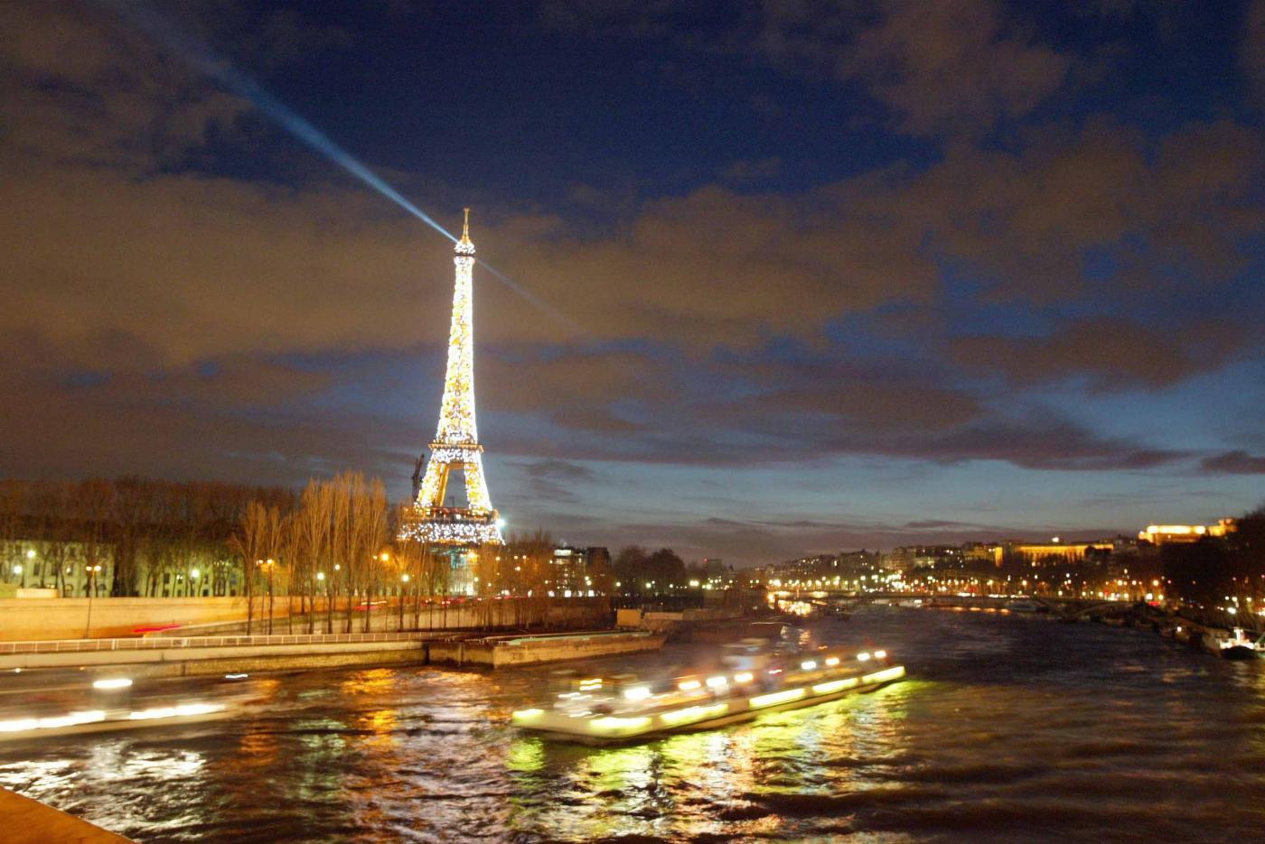 Parigi, torre Eiffel chiusa tutta la mattina per un'intrusione sospetta