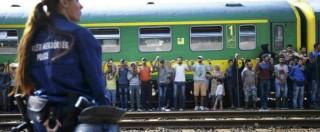 """Budapest, i profughi in marcia verso Vienna. L'Ungheria dichiara lo stato d'emergenza: """"Ora leggi più restrittive"""""""