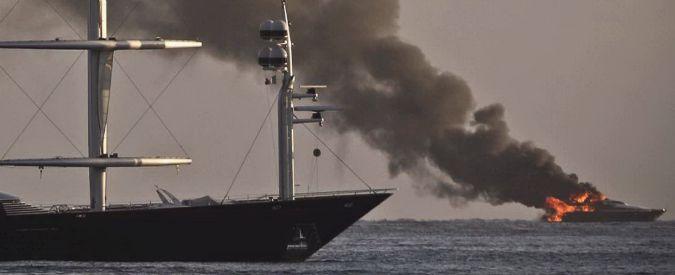 Napoli, a fuoco lo yacht di De Laurentiis. Cannavaro posta il video su Facebook