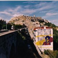 Nel 1990, l'Associazione Culturale Eureka di Trivento (CB), impegnato in un progetto di sostegno a distanza di bambini Sudafricani, si attivò per raccogliere i fondi tra i cittadini adottando a distanza, a nome della comunità triventina, Stereng Ntuli, un bambino sudafricano. Si decise quindi di lasciare una testimonianza di questa attività attraverso questo murales.