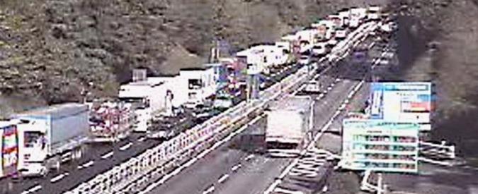 Autostrada A1, tir in fiamme tra Barberino e Calenzano: 12km di coda