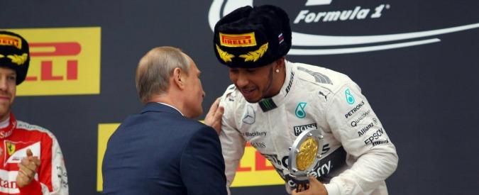 """Hamilton e lo champagne spruzzato su Putin: """"Mai fatto. E' solo colpa dell'inquadratura della fotografia"""""""