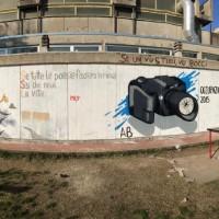 Questo murales è stato realizzato dagli studenti del Liceo Scientifico Antonio Gramsci in collaborazione con degli street artists per riabbellire un muro presente nel giardino della nostra scuola che si trovava in condizioni di fatiscenza e abbandono. Non ci siamo fermati solo a questo, infatti la macchina fotografica è dedicata ad un professore che è venuto a mancare e che, come si può ben intuire, era un appassionato di fotografia.  Foto di Lapo Filippini