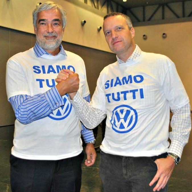 Volkswagen Italia, Flavio Tosi porta solidarietà di Verona. E indossa la maglia 'Siamo tutti VW'