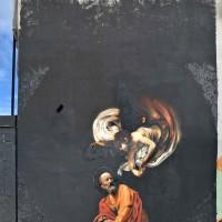 In una zona di passaggio come una pista ciclabile a Verona, compare misteriosamente una rivisitazione del Caravaggio, in chiave contemporanea.  A cura di eyelabdesign.com Foto di Franco Muro