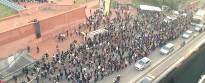 """Metro Roma interrotta, evacuati treni. Centinaia passeggeri in strada. Esposito: """"Un guaio a settimana, ora commissario"""""""