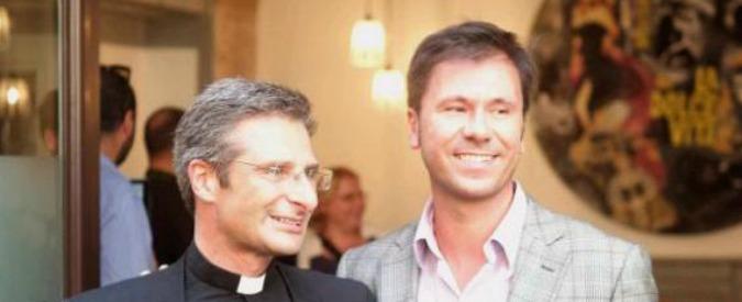 """Vaticano, monsignor Charamsa: """"Ecco l'uomo che amo, in un libro metterò a nudo tutta la mia storia"""""""