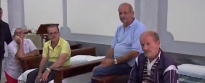 Taranto, operai senza stipendio occupano una chiesa: parroco compra i materassi