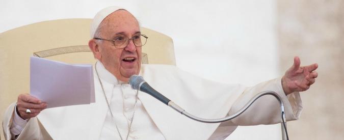 """Papa Francesco: """"Chi crede non può parlare di povertà e vivere come un faraone"""""""