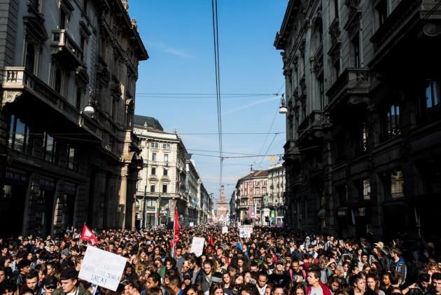 """Milano, corteo studentesco per protestare contro la riforma della """"Buona Scuola"""""""