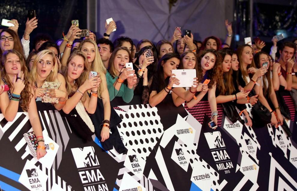 Fans all'arrivo degli artisti dell'MTV Awards 2015 in piazza Duomo, Milano