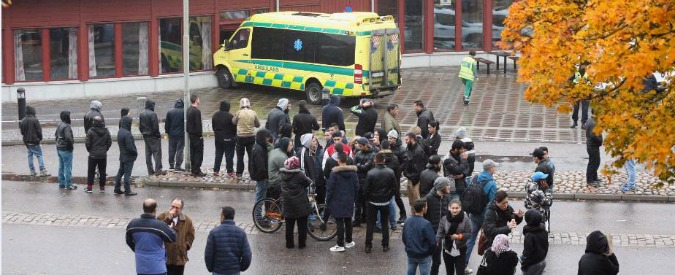 Svezia, entra in una scuola mascherato e uccide due persone con una spada. La polizia gli spara, muore in ospedale