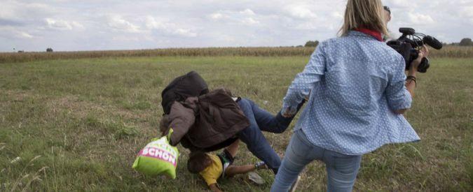 Ungheria, reporter calciava profughi: ora fa causa a uno di loro e a Facebook