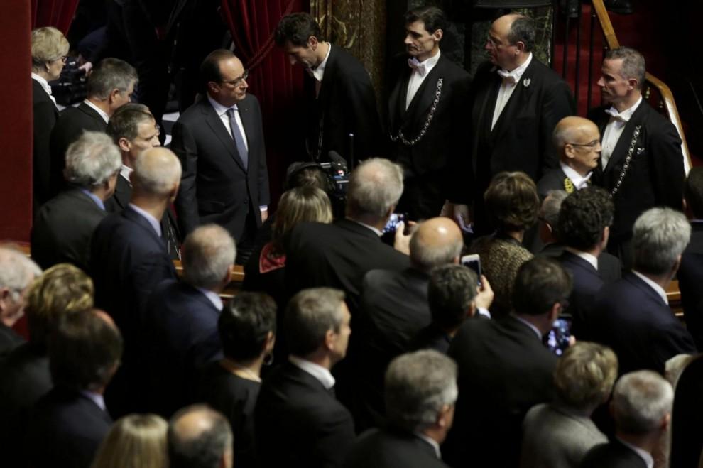 """Attentati a Parigi, Hollande: """"La Francia è in guerra. Cambiamo la costituzione per combattere l'Isis"""""""