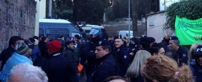 Roma, blitz di polizia e carabinieri al centro di accoglienza Baobab: migranti perquisiti e identificati