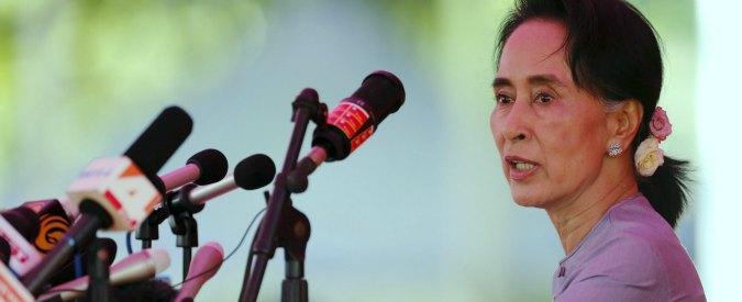 Birmania, il Nobel per la pace Suu Kyi rompe il silenzio sui rohingya ma nega le violenze. Amnesty: 'Testa sotto la sabbia'