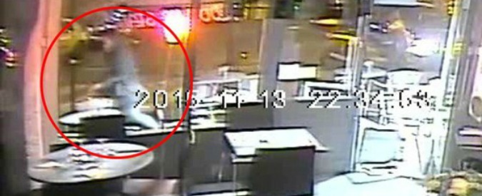 "Parigi, attacco al bistrot nel video del Daily Mail: ""Salah spara a una donna ma l'arma si inceppa"""