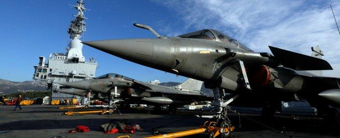 """Attentati Parigi, Francia bombarda Isis in Siria e Iraq con caccia partiti dalla portaerei Charles de Gaulle: """"Colpiti 2 obiettivi"""""""