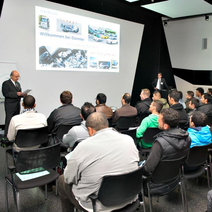 Daimler, iniziano i corsi per i rifugiati: lezioni di tedesco e di lavoro in fabbrica