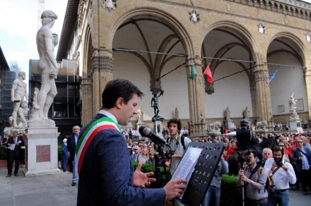 750 esimo anniversario della morte di dante,il sindaco recita un passo della divina commedia e depone una corona sotto la statua in piazza santa croce