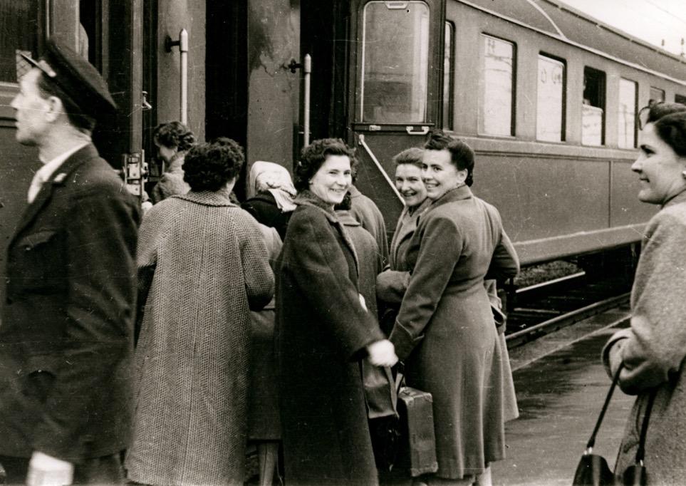 Delegazione in partenza per Assemblea delle elette a Roma, Modena, 30 gennaio 1955