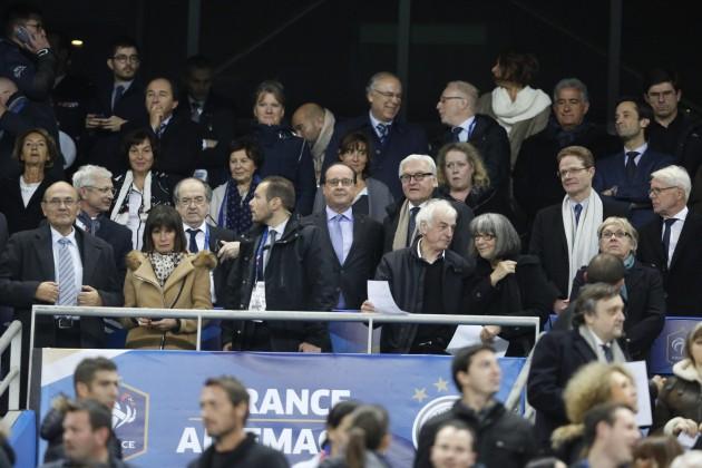 Hollande allo stadio nel momento in cui apprende la notizia degli attacchi a Parigi
