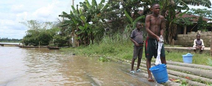 """Nigeria, report di Amnesty International: """"Acqua e campi inquinati dal petrolio. Shell ha mentito sulle bonifiche"""""""