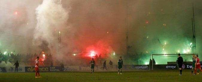 Calcio, razzo sfiora giocatore dell'Olympiakos: scontri tra ultras e polizia, rinviato derby di Atene
