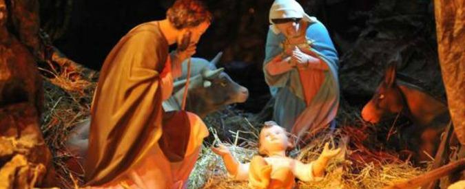 """Brescia, via Gesù da Merry Christmas. Salvini: """"Follia"""" e pubblica numero della scuola"""