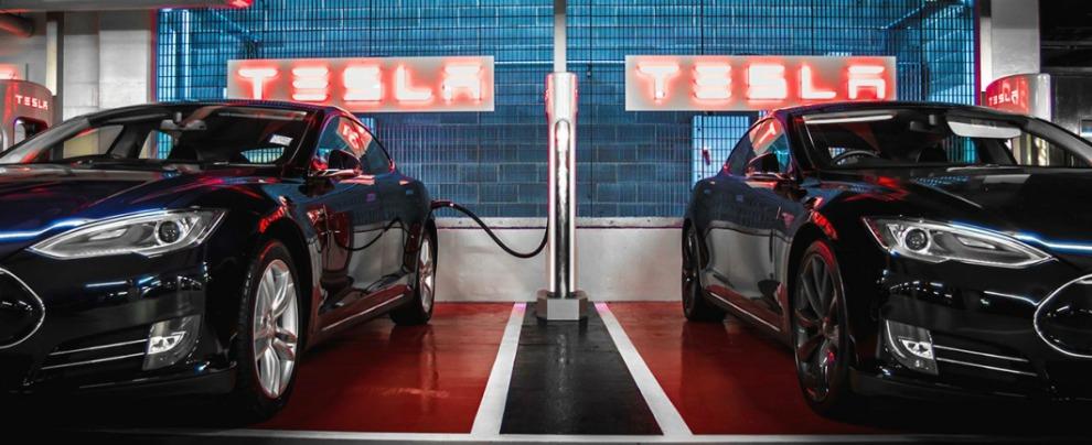 """Tesla, la colonnina non è un parcheggio. Per i clienti scatta la """"tassa di inattività"""""""