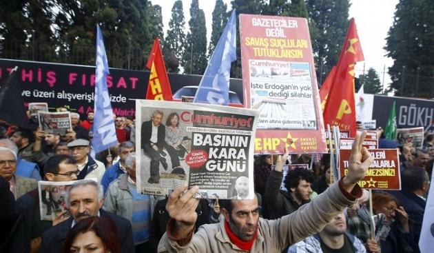 Turchia, proteste arresto giornalisti quotidiano Cumhuriyet a Istanbul