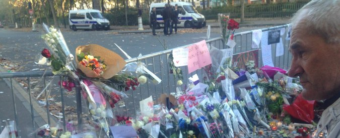 """Attentati Parigi, la delegazione di Imam canta la Marsigliese davanti al Bataclan: """"Musulmani non siano ostaggio dell'Isis"""""""