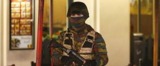 """Bruxelles blindata, operazioni di polizia in corso in tutta la regione. Premier: """"Situazione estremamente seria"""" (FOTO)"""