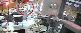 """Attentati Parigi, il kalashnikov di Salah inceppato davanti alla 18enne italiana: """"Salvata da una pallottola mancante"""""""