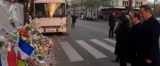 """Attentati Parigi, Hollande e Cameron insieme davanti al Bataclan: """"Uniti in Siria contro il culto della morte dell'Isis"""""""