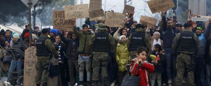 Migranti, restrizioni a frontiere dei Paesi della rotta balcanica. Per protesta 2mila sui binari tra Macedonia e Grecia
