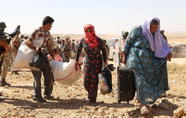 Siriani in fuga dalla guerra nel loro paese attraversano la Turchia