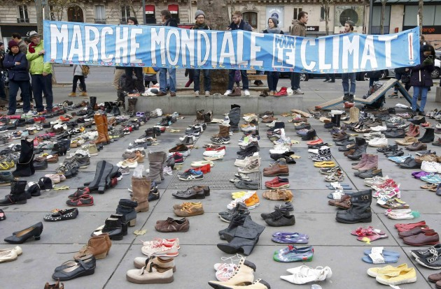 Parigi, migliaia di scarpe in Place de la Republique per Conferenza Clima