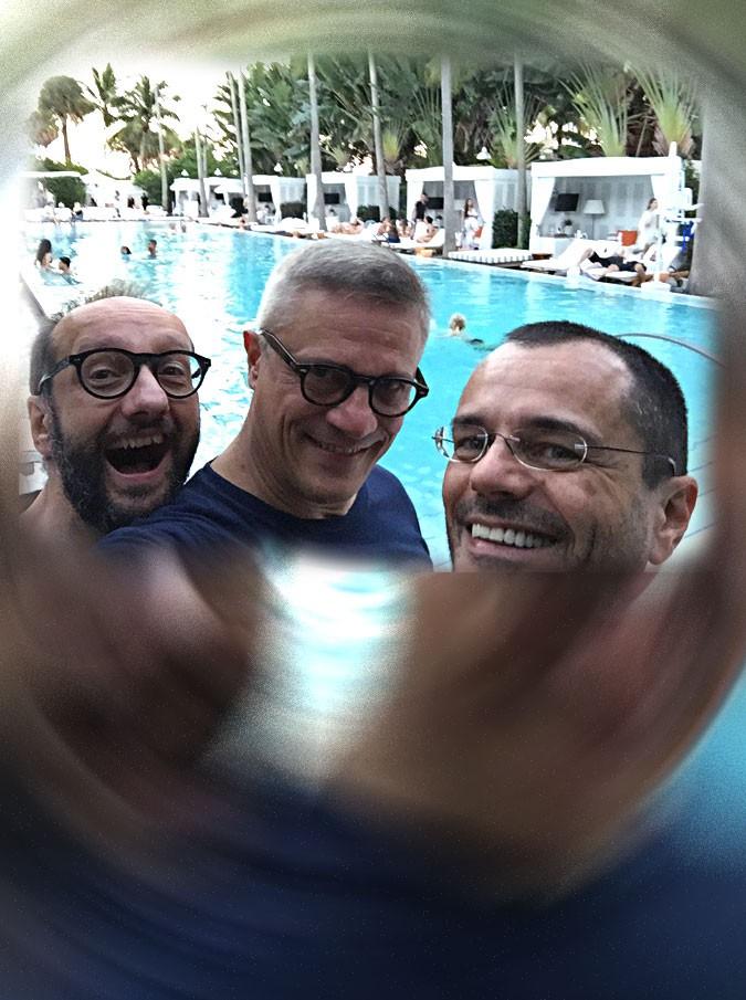 """Tutti gli uomini di Laura Pausini: giornalisti a Miami per la sua presentazione extra-lusso. L'""""esclusa"""" Venegoni: """"L'ho seguita ma mai in ginocchio"""""""