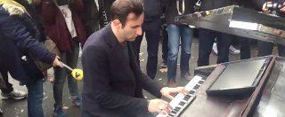 Attentati Parigi, trascina il piano davanti al Bataclan e suona 'Imagine' di Lennon