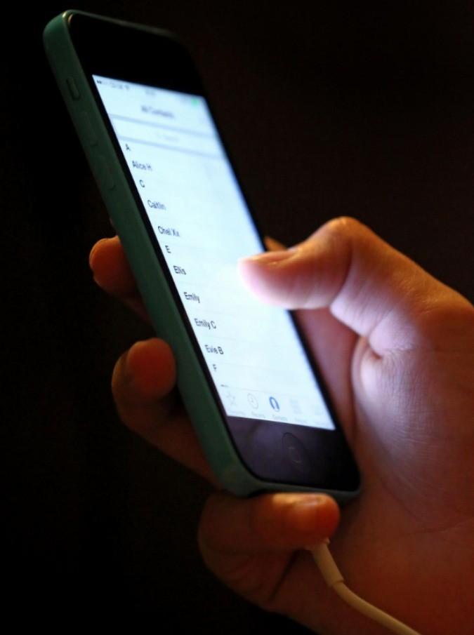 Sexting, centinaia di foto porno negli smartphone di 1100 studenti di una scuola Usa: sospesi alcuni ragazzi