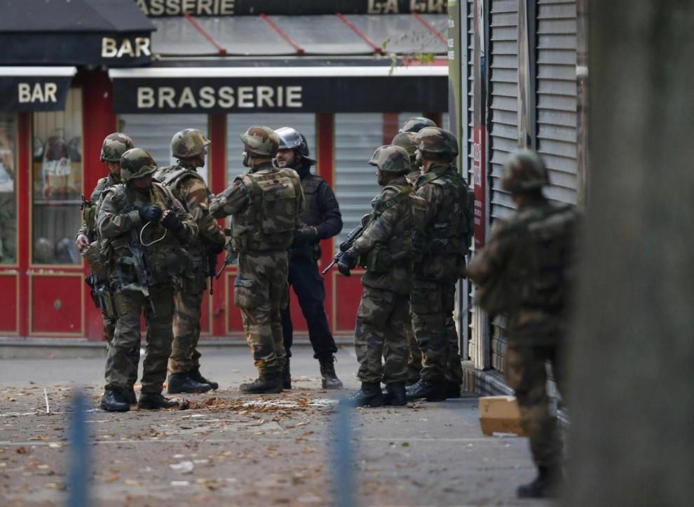 """Attentati Parigi, blitz a Saint-Denis. Washington Post: """"Ucciso Abdelhamid Abaaoud, mente degli attacchi"""". 3 morti, 8 fermati. Donna si fa esplodere (FOTO E VIDEO)"""