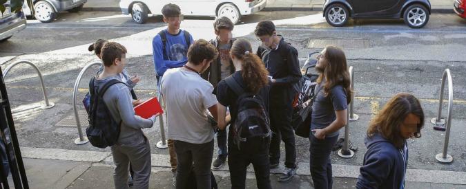 WhatsApp, prof filmati e derisi in classe: 22 studenti sospesi. Protesta dei genitori