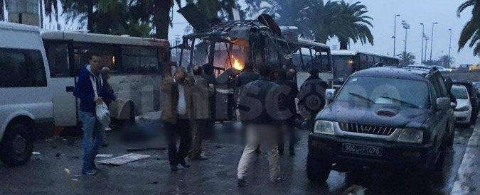 Tunisi, attentato al bus delle guardie presidenziali: esplode  bomba, 15 morti