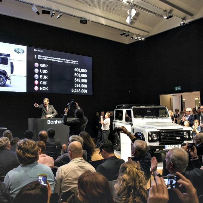 """Land Rover Defender, la """"numero 2 milioni"""" venduta all'asta per 550.000 euro"""