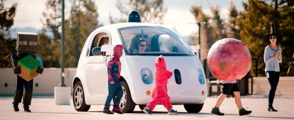 Guida autonoma, la California frena: due patenti per veicolo. Google 'amareggiata'