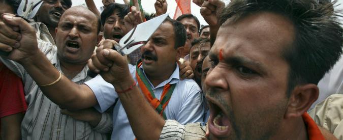 India, non si alzano durante l'inno nazionale e vengono minacciati: in crescita il nazionalismo indù